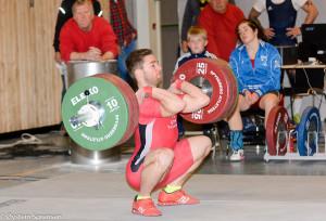 Daniel Roness på vei til å sette ny regionsrekord i støt for senior herrer -77. Her 146kg på stanga. Foto: Spydeberg atletene